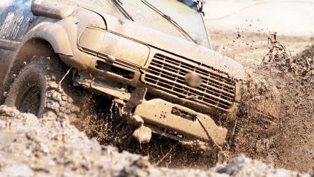 hombre sucio: Extreme conducir un SUV. Editorial
