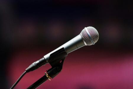 amplification: Microphone mont� sur la sc�ne, un syst�me d'amplification. Banque d'images
