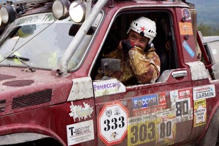 """7. September 2013, die Stadt der Beloretsk, Baschkortostan. Die dritte Stufe des VI offene Meisterschaft der Republik Baschkortostan f�r die Troph�e-RAID """"Ural Stein"""", waren SUVs die Stufen, die speziell f�r das Rennen vorbereitet."""