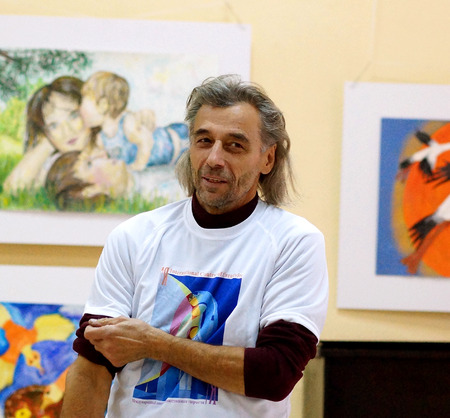 Beloretsk, Baschkortostan, Russland, September 2013. Der endg�ltige internationale Ausstellung von Kinder-Kunst creativity.Visitors der Ausstellung.