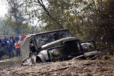 competitividad: SUV de conducción extrema para superar los obstáculos de agua Foto de archivo