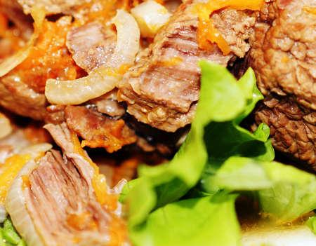 Gebratenes Fleisch mit Gew�rzen, Zwiebeln und Karotten gew�rzt.