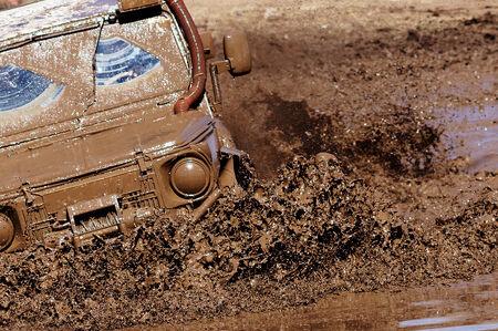 Extreme Fahren auf Schlamm �berwinden Hindernisse.