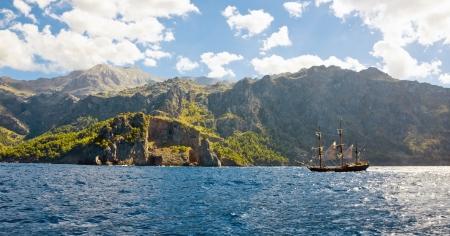 barco pirata: la l�nea de costa incre�ble y salvaje de la isla de Mallorca con un barco pirata, de la pel�cula Atlas de Nubes Foto de archivo
