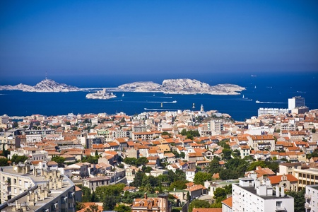 marseille: de amazing gebiedsmening op Marseille vanaf berg waar is de kerk od Notre Dame de la Guarde, Frankrijk