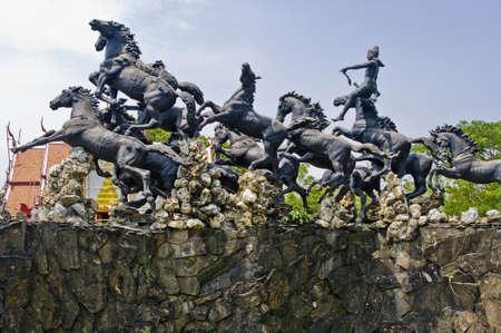 Estátuas de divindades mitológicas na Tailândia
