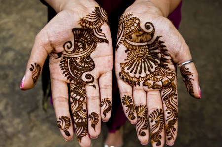 hindues: Hermosa obra de arte indio de la aplicaci�n de henna en las celebraciones de la boda Foto de archivo