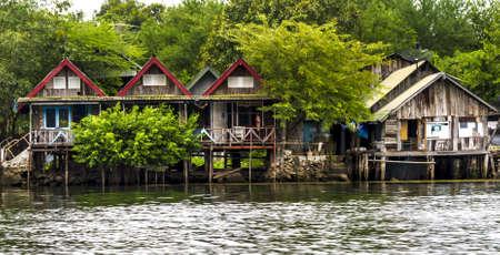 zancos: Las casas sobre pilotes en el r�o Tailandia Kanchanburi Editorial