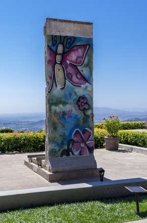 ronald reagan: Simi Valley, California - June 8, 2013 : A piece of the Berlin Wall on the grounds of Ronald Reagan Presidential Library & Museum, Simi Valley, CA. Editorial