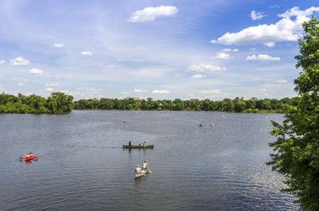 ミネアポリス、ミネソタ州の島の湖にボート人々 写真素材 - 21486516