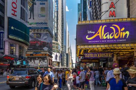 hustle: New York, NY - 9 agosto 2014: Il trambusto del famoso punto di riferimento di New York, Broadway. E 'noto in tutto il mondo come il cuore dell'industria teatro americano. Editoriali