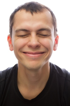 Ein junger Mann glücklich lächelnd