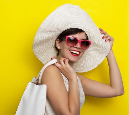sole occhiali: Donna felice in cappello e occhiali da sole Archivio Fotografico