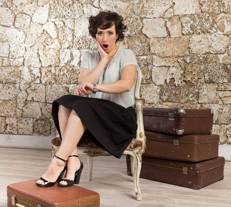 llegar tarde: Hermosa mujer con maletas