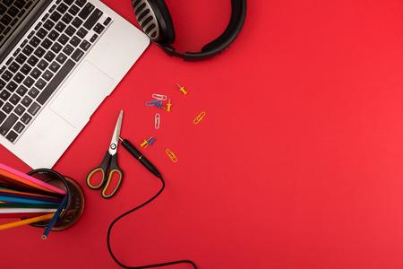 oficina desordenada: Lugar de trabajo desordenado creativo con ordenador port�til y de escritorio