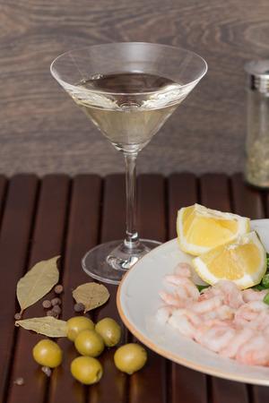 verm�: Bebida Vermouth con aceitunas verdes sobre fondo de madera