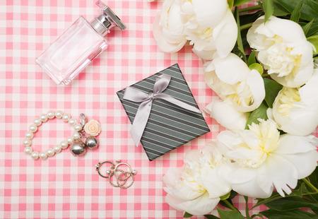 Caja de regalo con un ramo de peonías en un fondo de color rosa Foto de archivo - 40558428