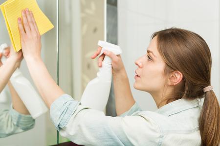 美しい少女は、彼女の家の掃除 写真素材