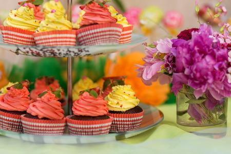candy bar: Cupcakeson un stand en la barra de chocolate Foto de archivo