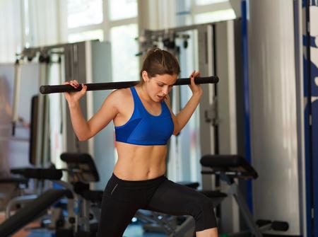 adentro y afuera: Hermosa mujer que trabaja en el gimnasio