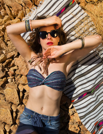 bandeau: Beautiful hippie girl alone on a stoney beach