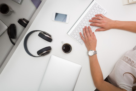 stilus: Woman working at the computer in the office