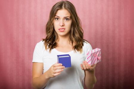 chica decepcionados hermosa con una caja de regalo Foto de archivo
