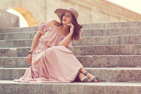 vestidos antiguos: Chica romántica retro en el largo vestido de pie en las escaleras Foto de archivo