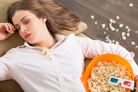 mujer viendo television: Mujer bonita que se quedó dormido mientras ve la película
