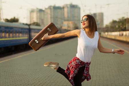 de vaqueros: Mujer que espera un tren. Imagen de tonos retro