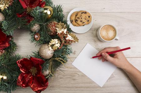 cioccolato natale: Caff� e un biscotti al cioccolato con decorazioni di Natale su sfondo di legno Archivio Fotografico
