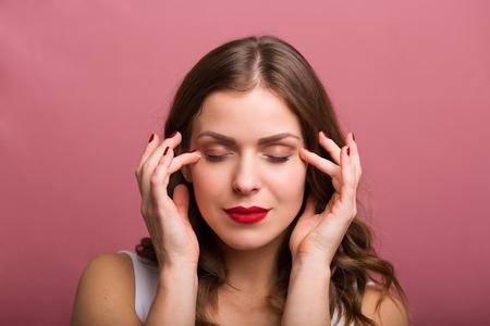 Hermosa mujer joven aplicar una crema de ojos Foto de archivo - 47792764