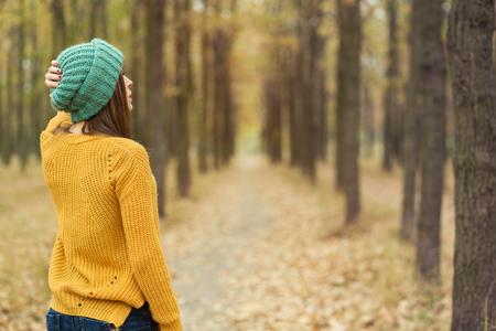 jeune fille: Jeune fille solitaire marchant dans le parc de l'automne