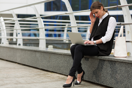 Business woman working outside in front of businnes center building Stockfoto