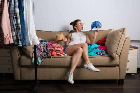 compras compulsivas: Mujer adicta a las compras en casa inconformista clasificar su armario