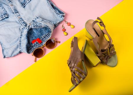 Accesorios de moda en un fondo brillante
