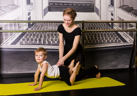 Kleine Junge Tänzer in einem Tanzstudio Standard-Bild - 74998181
