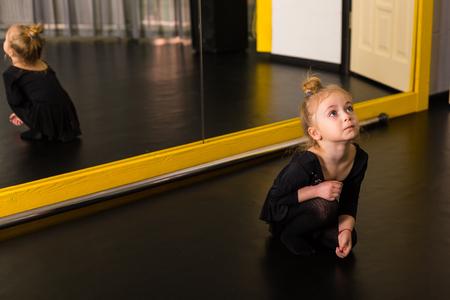Little ballet dancer practicing in the studio 版權商用圖片 - 75813192