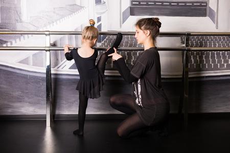 Little ballet dancer practicing in the studio 版權商用圖片 - 75813205