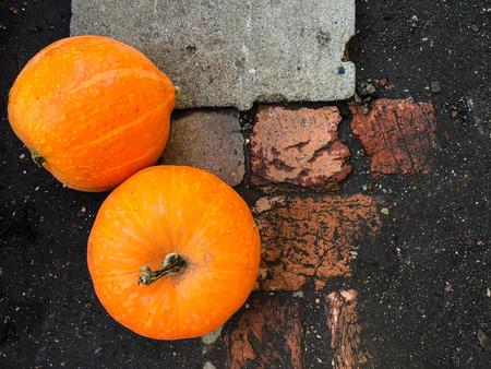 Ripe orange pumpkins lying on a ground 写真素材 - 106213681
