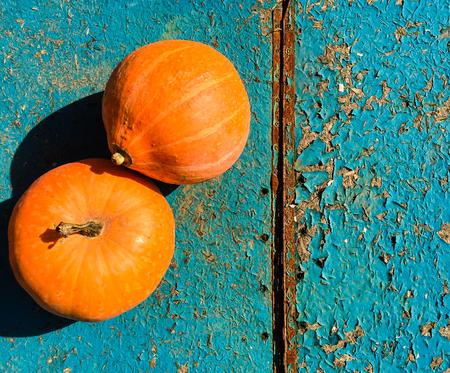 Ripe orange pumpkins on a wooden background 写真素材 - 106213684