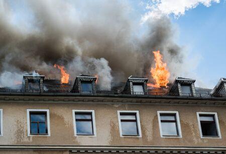 Feu de ferme de toit d'une maison Banque d'images
