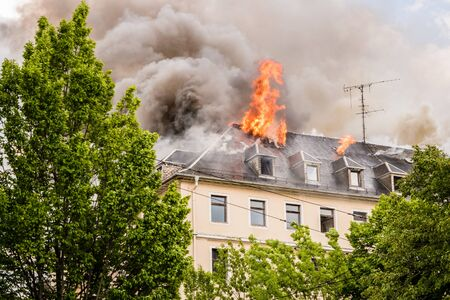 burning house with flames Banque d'images
