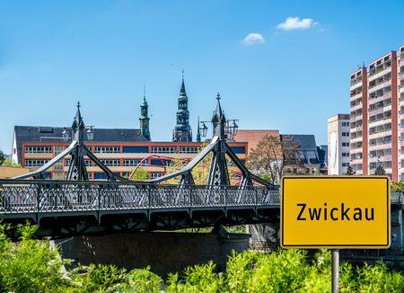 Ortstafel Zwickau mit Skyline Standard-Bild