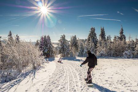 Snowboarden in den Bergen Standard-Bild