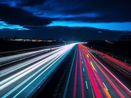 Tráfico nocturno en carretera
