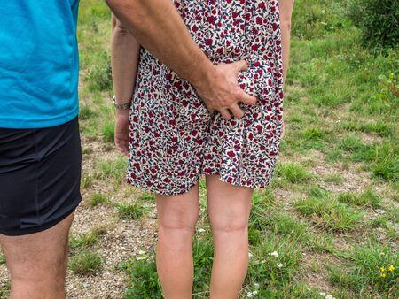 los hombres manosearon a la esposa Foto de archivo