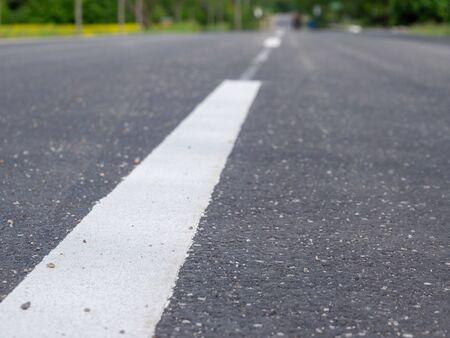 Nouvelle texture de rue asphaltée avec ligne blanche