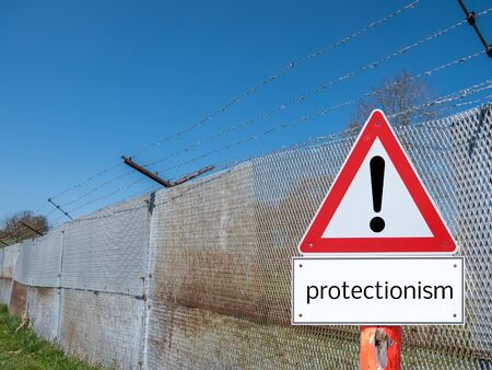 Border fence with warning sign protectionism Standard-Bild