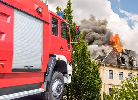 Service d'incendie avec maison en feu
